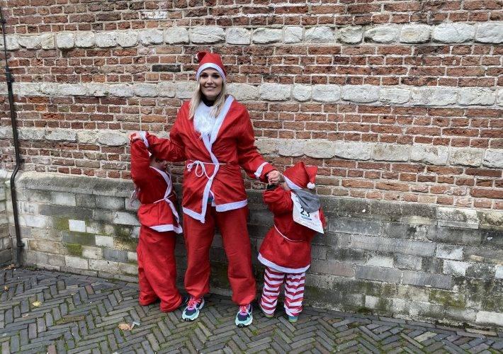 Santa run in kerstmannenpak door centrum van Woerden