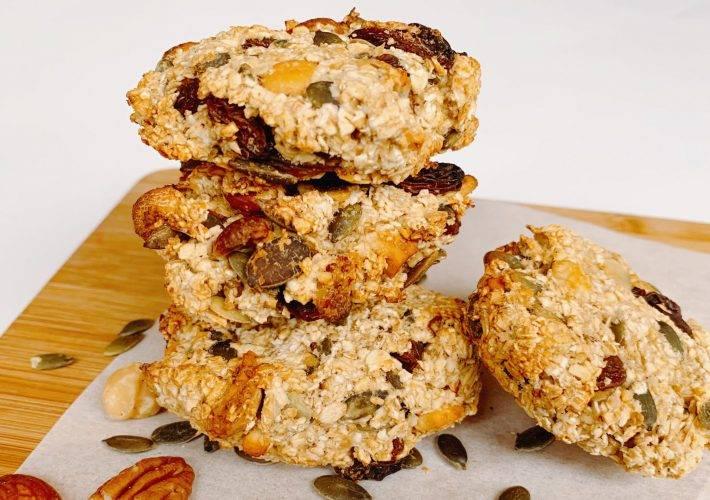 Ontbijt koekjes met havermout noten pompoenpitten rozijnen en appelmoes
